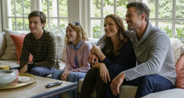 love-simon-nick-robinson-family-jennifer-garner
